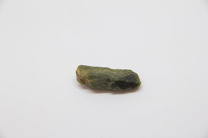 Pedra Turmalina Verde Bruta 2,5 a 3 cm - Helena Cristais