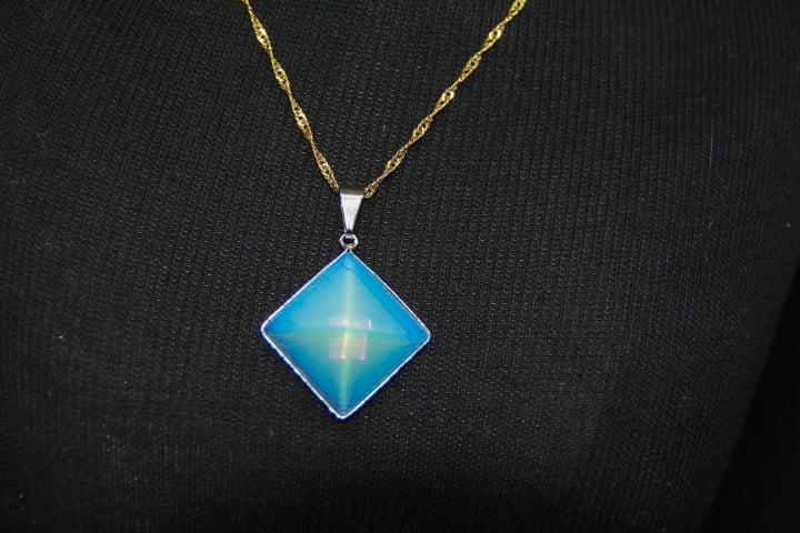 Pingente Pirâmide Pedra Opalina - Helena Cristais