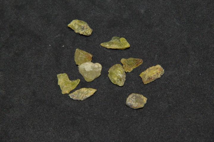 Pedra Esfênio Bruta - Helena Cristais
