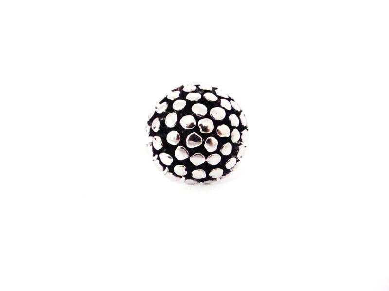 Anel prateado com formato arredondado metalizado