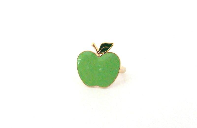 Anel dourado com formato de  maçã verde