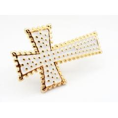 Anel dourado com formato de cruz branca