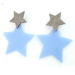 Brinco em resina com formato estrela azul