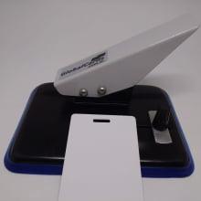 Furador ovóide - Equipamento de acabamento para crachás e cartão PVC