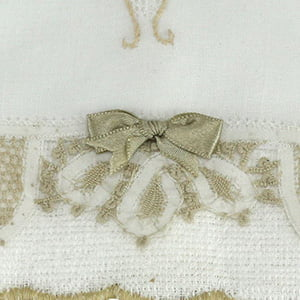 Toalha renda renascença bordada vaso flor branco/bege (pequena)