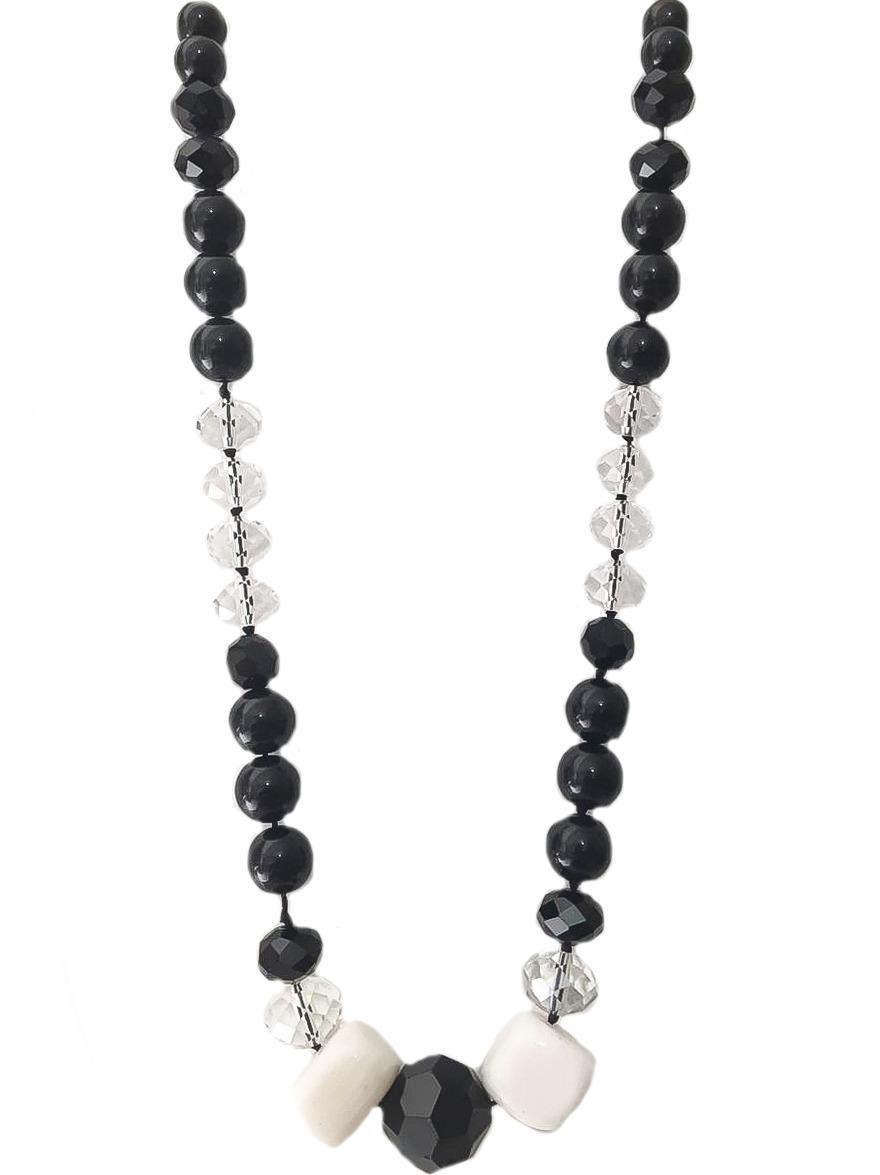 Colar com cristais preto e transparente, com pedras naturais howlita branca e resina preta