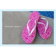 Chinelos com desenhos de patinhas rosa
