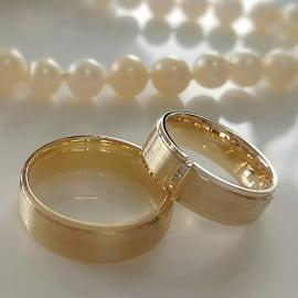 Aliança de casamento em ouro 18K 750 .
