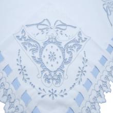 Manta richelieu piquê medalhão laço azul